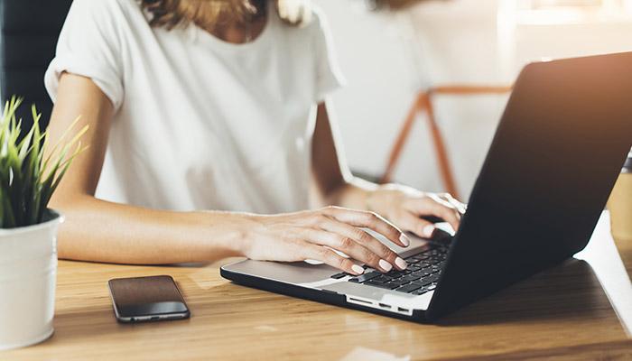 Travail sur ordinateur portable